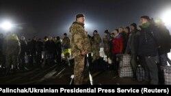 Президент Петро Порошенко під час зустрічі громадян, звільнених з полону бойовиків, 27 грудня 2017 року