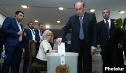 Former President and opposition leader Levon Ter-Petrosian votes in the April 2 parliamentary elections in Yerevan.