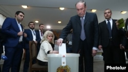 Armenia - Fromer President Levon Ter-Petrosian casts a ballot at a polling station in Yerevan,2Apr2017