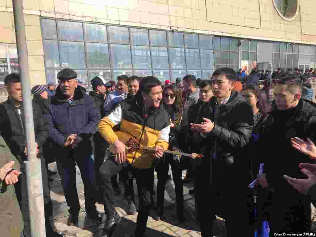 Астанада Азаттық тілшілерінің жұмысына кедергі келтірген жастар.