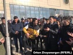 Молоді люди, які перешкоджають роботі репортерів Радіо Свобода в Астані, 22 березня 2019 року