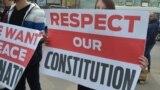 """Afiș pe care scrie """"Respectați-ne constituția"""" la un proteste al socialiștilor. Imagine de arhivă"""