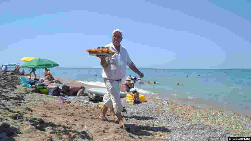 Местный житель продает пахлаву