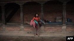 Непал тұрғыны жер сілкінісінен кейін. (Көрнекі сурет)