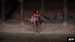 Девушка, спасшаяся после землетрясения в Непале.