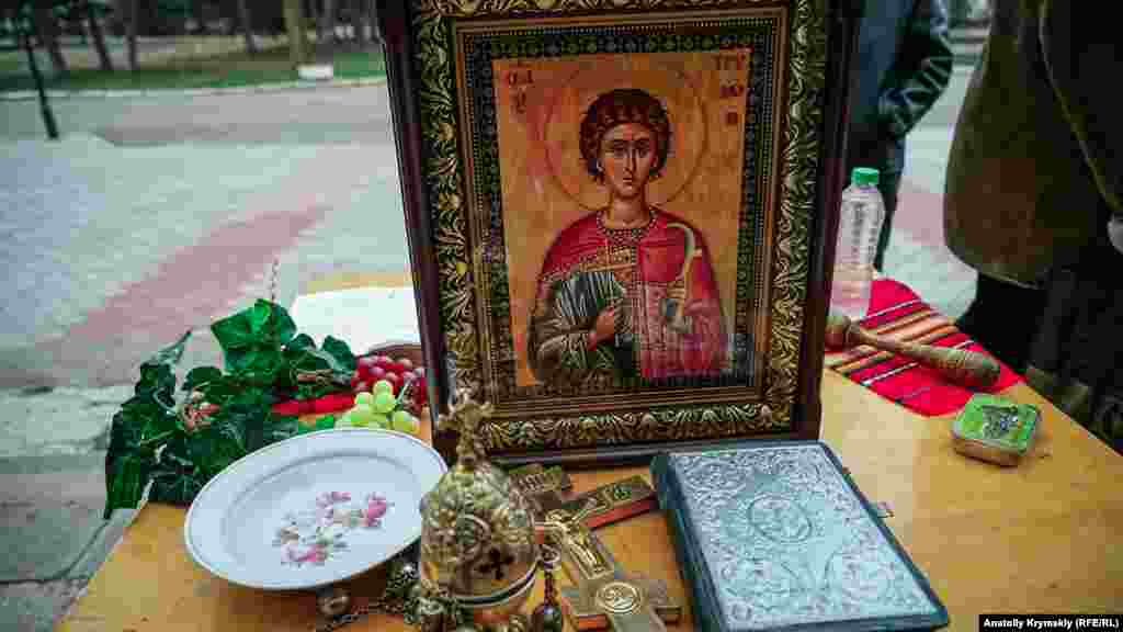 На иконе святой Трифон изображен с косарем – специальным ножом для обрезки виноградной лозы и плодовых деревьев