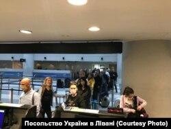 Українці у Бейрутському міжнародному аеропорті імені Рафіка Харірі. Фото надане Посольством України в Лівані