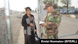 Проверка паспорта на границе Узбекистана. Иллюстрационное фото.
