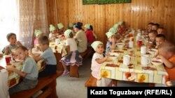 Обед для детей младшей группы детского приюта отца Софрония. Алматинская область, 24 июля 2013 года.
