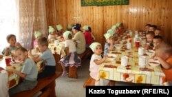 Софронийдің балалар мен қарттар паналайтын баспанасындағы балалар. Алматы облысы, Іле ауданы, 24 шілде 2013 жыл.