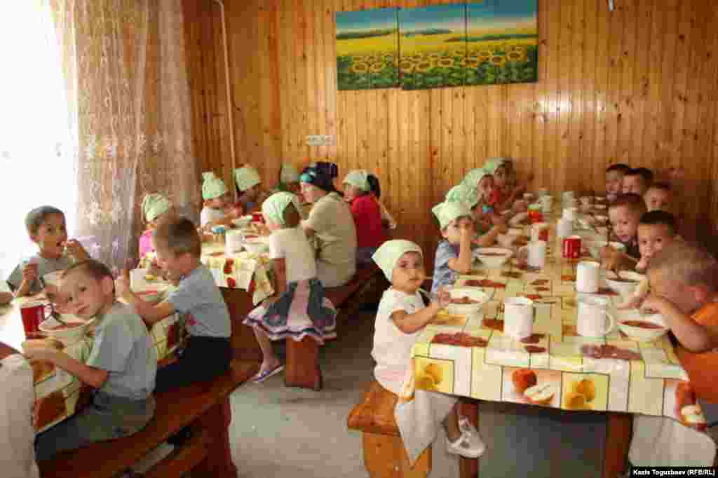 Обед для детей младшей группы детского приюта отца Софрония.