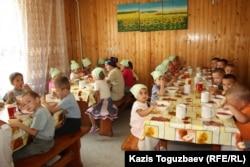 Обед для детей младшей группы детского приюта отца Софрония. Поселок имени Туймебаева Илийского района Алматинской области. 24 июля 2013 года.