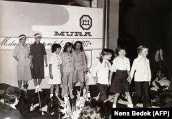 ملانیا کناوس هفت ساله، نفر دوم از راست