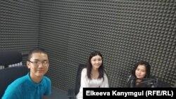 """Марлен Токтомаматов, Орунгүл Сагынбаева жана Зейнеп Ибраим кызы """"Азаттыктын"""" студиясында."""