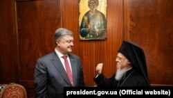 Президент України Петро Порошенко і Вселенський патріарх Варфоломій І під час зустрічі в Стамбулі, 9 квітня 2018 року
