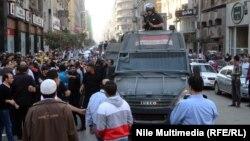 ناشطون متظاهرون أمام عربة لقوات الأمن المصرية في القاهرة