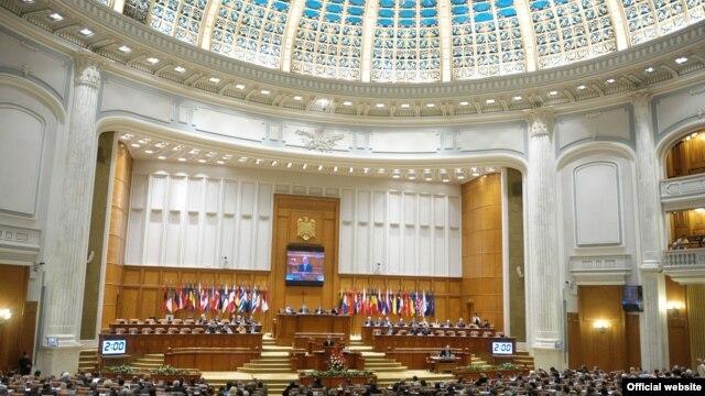 Traian Băsescu la tribuna Parlamentului.