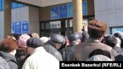 Люди у входа в здание Центральной избирательной комиссии в Астане. Иллюстративное фото.