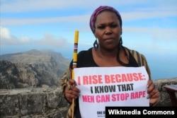 Андреа Дондоло, южноафриканская актриса и борец за равноправие женщин, на протестной акции в Кейптауне