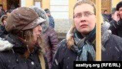 Мария Ефременкова (оң жақта), азаматтық қоғам белсендісі. Санкт-Петербург, 26 ақпан 2012 жыл.