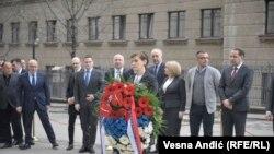 Nakon polaganja venaca premijerka Brnabić i ministri su minutom ćutanja održali poštu Zoranu Đinđiću i potom se udaljili.