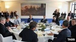 Главная тема саммита – борьба с мировым финансовым кризисом, а также проблемы экологии и климата