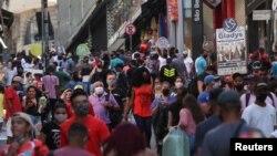 Люди на улице в Сан-Паулу, Бразилия. 19 июня 2020 года.
