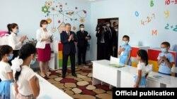 Президент Шавкат Мирзияевтің Ташкенттегі балалар үйіне келуі. Ресми сайттағы сурет.