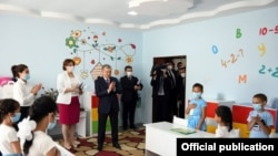 Шавкат Мирзияев в доме Мехрибонлик №21 в Ташкенте, 28 июля 2021 года. Фото: Пресс-служба президента.