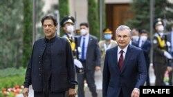 د پاکستان وزیراعظم عمران خان او د ازبکستان ولسمشر شوکت میر ضیایېف په تاشکند کې د ملاقات لپاره روان دي - د ۲۰۲۱ز کال د جولای ۱۵مې انځور.