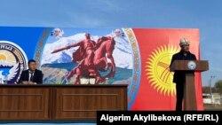 Премьер-министр Кыргызстана Садыр Жапаров, исполняющий обязанности президента страны, выступает на встрече с жителями Баткенской области. 2 ноября 2020 года.
