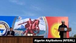 Баткен облысы тұрғындарының алдында сөйлеп тұрған Қырғызстан президенті міндетін атқарушы Садыр Жапаров.