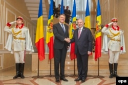 Румыния президенті Румынии Клаус Йоханис (сол жақта) пен Молдова президенті Николае Тимофти. Кишинев, 28 қараша 2014 жыл.