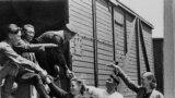 Кыргызстандан делегация Ленинградга кызыл флотчуларга белек алып баруу үчүн жөнөп жатышат. 1942-жыл