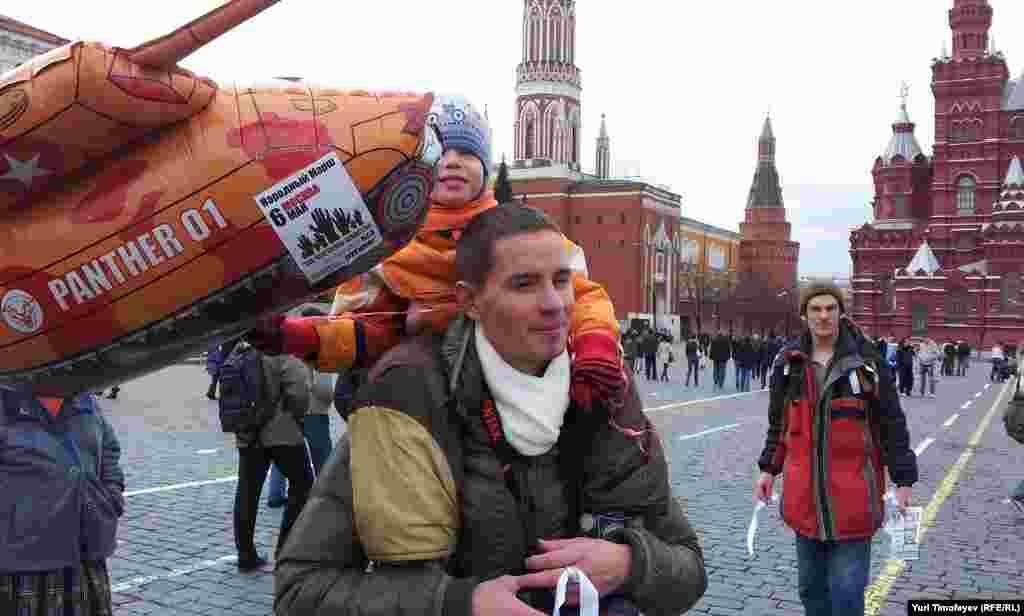 Белые ленты с детьми гуляют по Красной площади