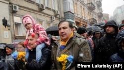 Бывший президент Грузии и бывший губернатор Одесской области Украины Михаил Саакашвили (в центре) со своими сторонниками во время марша в центре Киева. 12 ноября 2017 года.