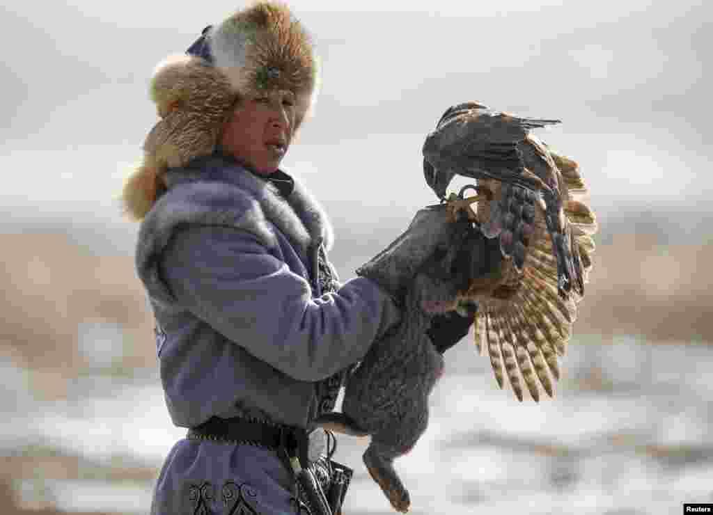 Охотник возвращается с ловчей птицей и с добычей.