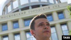 Илья Яшин у здания Мосгорсуда