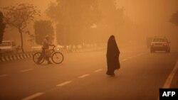نمایی از شهر اهواز که با بحران پدیده گردوغبار، قطعی آب و برق و مخابرات روبروست.