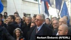 Vojislav Šešelj ispred Skupštine Vojvodine