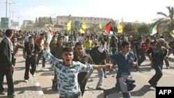 گزارش شده که حدود صد نفر نيز در گردهمایی فتح بر اثر شليک گلوله زخمی شده اند.