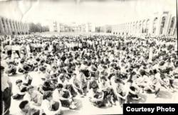 """КДКчылар """"Ала-Тоо"""" аянтында. Бишкек. 05.6.1990."""