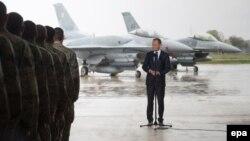 Премьер-министр Польши Дональд Туск выступает перед польскими и американскими пилотами на базе Ласк 14 апреля 2014 года