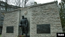 Вокруг памятника ведутся подготовительные работы: поставлена металлическая ограда, и вскоре там будет натянут тент, чтобы работы не были видны окружающим