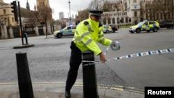 Атыс болған маңда жүрген полицей. Лондон, 22 наурыз 2017 жыл.