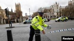 Полицейский у здания британского парламента. Иллюстративное фото.