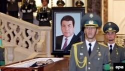 جسد صفر مراد نيازاف که عنوان ترکمن باشي ، رهبر ترکمن ها را براي خود برگزيده بود پيش از تشیيع جنازه در تابوت رو بازي در کاخ رياست قرار گرفته بود.