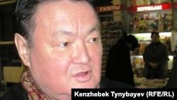 Политик Заманбек Нуркадилов беседует с журналистами. Алматы, 3 февраля 2005 года.