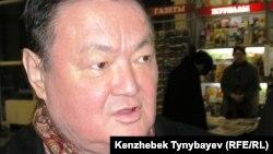 Еуропа сапарынан оралған Заманбек Нұрқаділов Алматы әуежайында журналистерге сұхбат беріп тұр. 3 ақпан 2005 жыл.