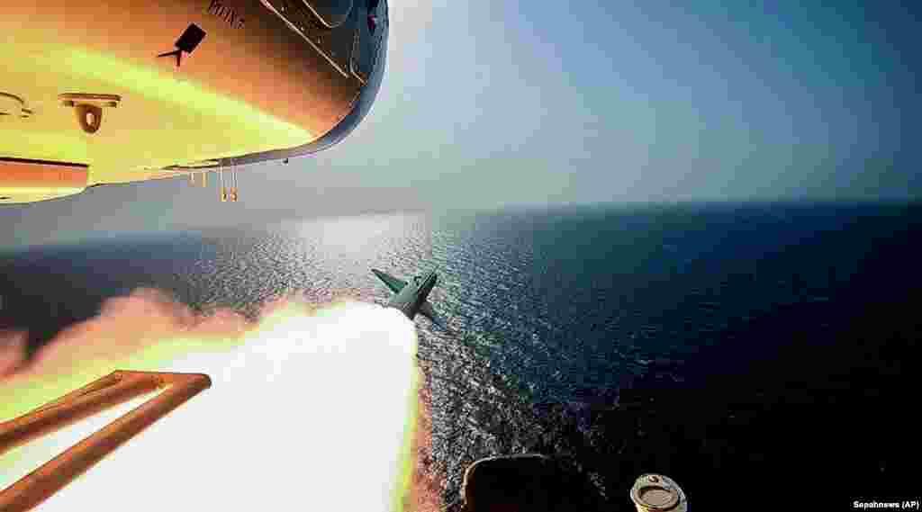 Іранскі гелікоптэр пускае крылатую ракету падчас вайсковых вучэньняў у Пэрсыдзкай затоцы.